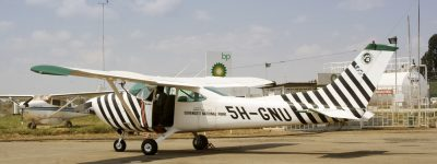 Flugzeug der Frankfurter Zoologischen Gesellschaft auf dem Flugplatz in Arusha